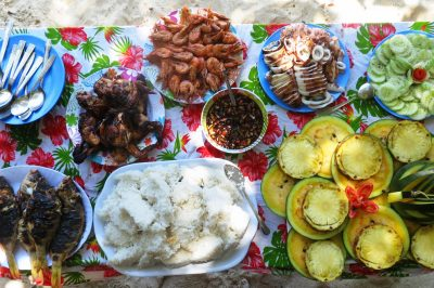 Uf, sveže ribe, lignji, škampi, rakci, tropsko sadje, mrzel pir. Klasika na Filipinih.