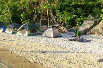 Spanje na plaži na kajak ekspediciji