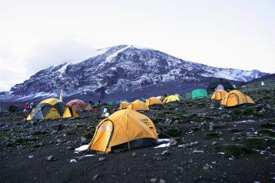 Kilimanjaro ponuja različne klimatske pasove, od tropske džungle in nasadov kave pa do puščavske gorske pokrajine proti vrhu.