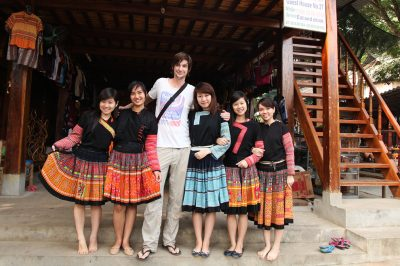 Luka z mladimi pripadnicami plemena Hmong