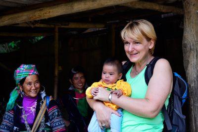 Ko te domačini - pripadnice plemena Črnih Hmong - najamejo kot varuško za njihove najmlajše