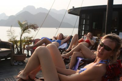 Nastavljanje soncu na palubi barke v zalivu Halong Bay