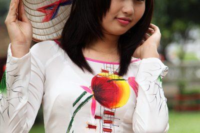 Dekle v tradicionalni vietnamski obleki Ao Dai