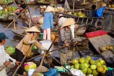 V delti Mekonga se ljudje zapeljejo s čolni na tržnico po nakupih, zato marsikdaj nastane gneča