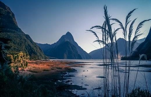 Slavni fjord Milford sound je obdan z visokimi stenami in številnimi slapovi. Izven njegovega zavetja divja Tasmansko morje.