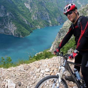 Goran pred Pivskim jezerom, po 30 km spusta z Durmitorja