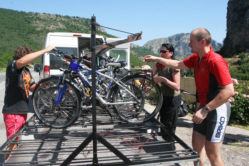 Kadar je kdo utrujen, naložimo kolo na prikolico