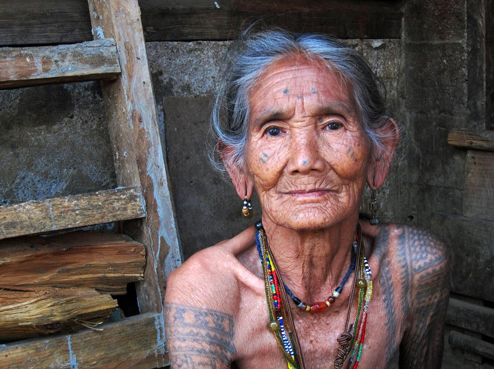 Najstarejša še živeča mojstrica tatoojev v plemenski Kalingi