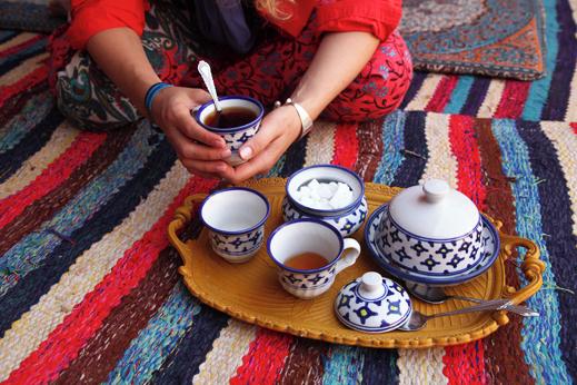 Čaj in iransko gostoljubje nas spremljata na vsakem koraku