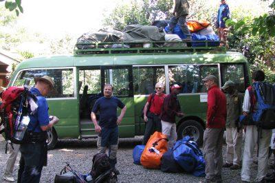 Začetek vzpona na vhodu v Kilimanjaro nacionalni park. Še dobro, da del opreme nosijo nosači.