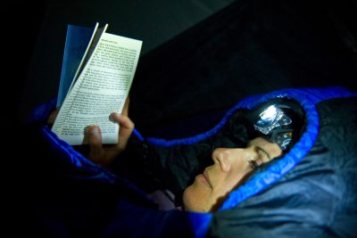 Zakaj bi brali knjigo na plaži, če pa jo lahko na 4500m v šotoru sredi ekvatorialne Afrike :)