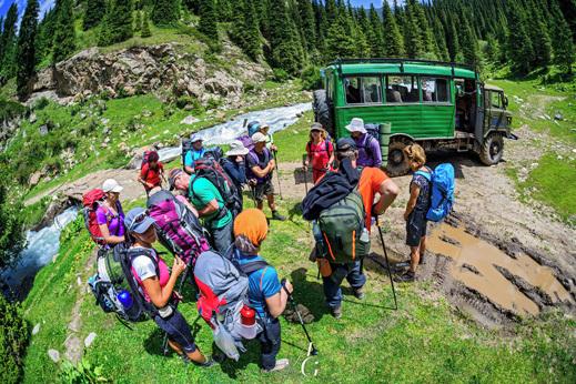 Tu na koncu doline Cvetov nas je po zabavni vožnji odložil kirgizijski voz. Začetek trekinga se počasi začne.
