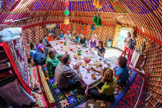 """V jurti je vedno veselo. Miza je polna, saj """"stalnica"""" nikoli ne razočara. Potovanje Kirgizija, gostoljubje."""