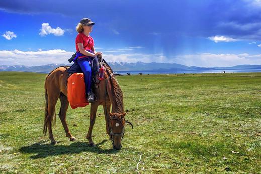 Potovanje Kirgizija. Pokrajina okoli jezera Song kul je kot narisana za jahanje s konji. Čudovito je prijahati v jurte k domačinom, medtem ko te spremlja pogled na jezero v katerega se občasno zgrinjajo nevihte.