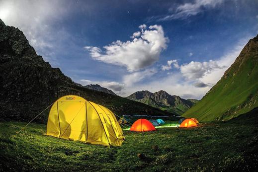 Prelep skriti kotiček in prva noč na trekingu s prijatelji svizci okoli šotorov.