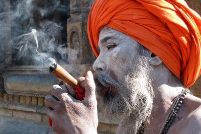 Nazaj v Katmanduju...obvezen postanek pri sadhujih - svetih možeh.