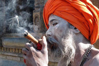 Nazaj v Katmanduju ... obvezen postanek pri sadhujih - svetih možeh.