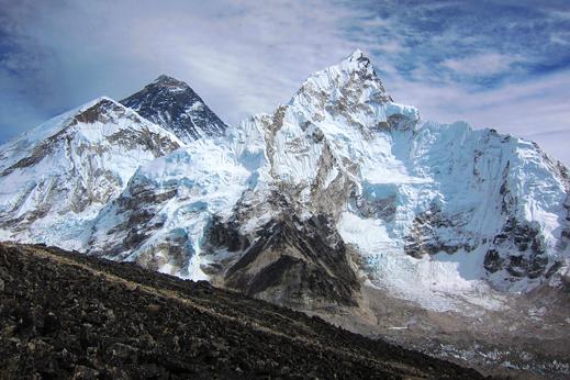Pogled na črno piramido Everesta iz glavne doline Khumbu.