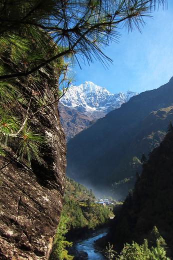 Treking Everest - Skozi globoke kanjone prihajamo v Khumbu.