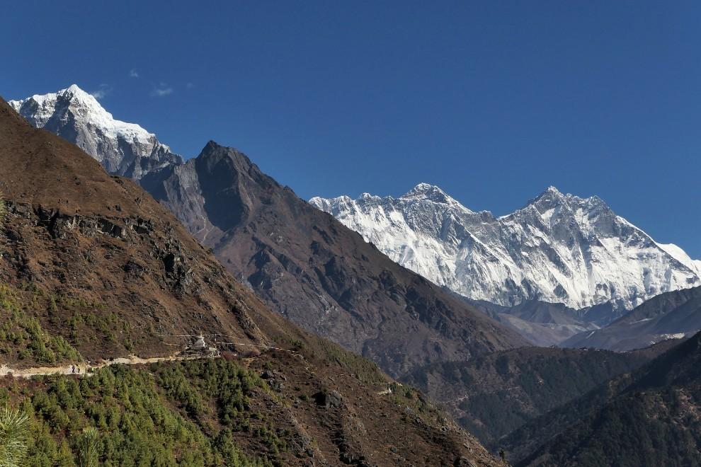 Razsežnosti Himalaje. Nepal je država, kjer na jugu na samo nekaj višinskih metrih najdeš subtropsko džunglo, na severu pa se več kot 8 kilometrov na morjem dvigajo osemtisočaki Everest, Lhotse, Makalu in Čo Oju v centralni skupini, Anapurna, Manaslu in Daulagiri na zahodu in Kančendzenga na SV države. Kar 8 od 14 osemtisočakov leži v Nepalu.