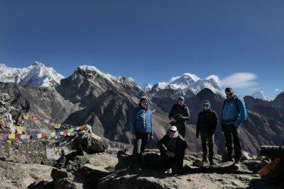 Dobro aklimatizirani na prelazih in treking vrhovih nad 5000m. Zelo pomembno je, da na višinah med 3000-4000m narediš dobro aklimatizacijo in ohraniš potrpežljivost navkljub prešernem vabilu visokih gora. Prve dni ne naredimo več kot 300-400 višinskih metrov in poskrbimo, da se vsak dan povzpnemo še malo višje, kot je višina koče, kjer bomo prespali. Prav tako je potrebno piti bistveno več tekočine kot v dolini. Pred vzponom na 5000m opravimo tudi meritev kisika v krvi, ki nam pokaže kako dobro smo že prilagojeni na višino.
