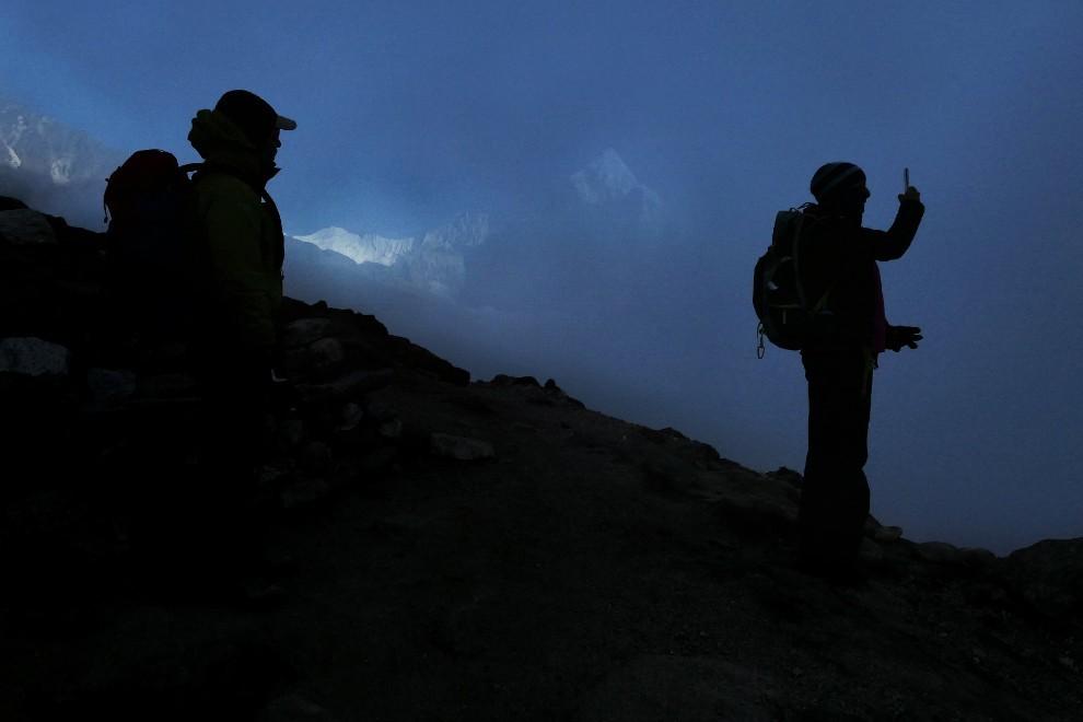 Ob sončnem zahodu blizu Lobuč. Čez en dan nas čaka vrhunec poti, pristop na Kala Pattar in pogled na bazni tabor pod Everestom.