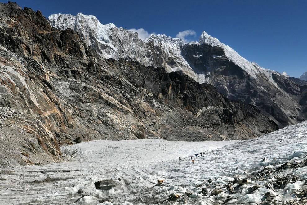 Med Gokijem in glavno dolino nam izziv in neizmerno lepoto divjine pokaže prelaz Čo La. Ponovno se povzpnemo čez 5000m. Počasi, s himalajskim korakom. Dva vdiha noter, en ven. Hitrost tukaj ne šteje. Na vrhu je položen ledenik, ki ga prečimo po dobro uhojeni stezi.