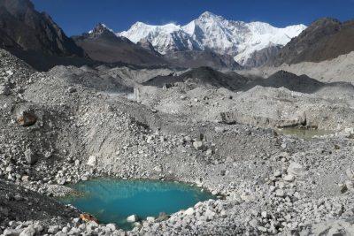 Prečenje ledenika in ledeniške morene na poti v glavno dolino proti Everest Base Campu.