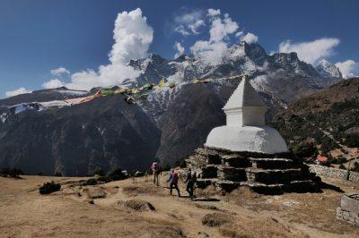 Povsod v Himalaji nas spremlja budizem in slikovite molilne zastavice, ki šelestijo v vetru. V Nepalu sta drugače prepletena tako budizem kot hinduizem.