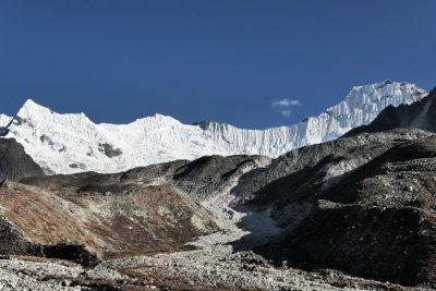 Everest Base Camp trek v Nepalu ponuja enega najlepših stikov z divjo in obenem tudi surovo visokogorsko naravo. Večino treka se odvija nad 4000m, pa vse tja do 5500m. Preudaren plan aklimatizacije je nujen.