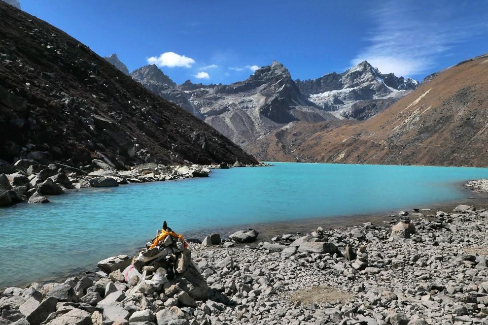 Gokijska jezera se nahajajo v stranski dolini na treku pod Everest. Čez gore na levo pa je dolina, ki vodi proti Tibetu čez slovito sedlo Nangpa la. Višine med 4000m in 5000m.