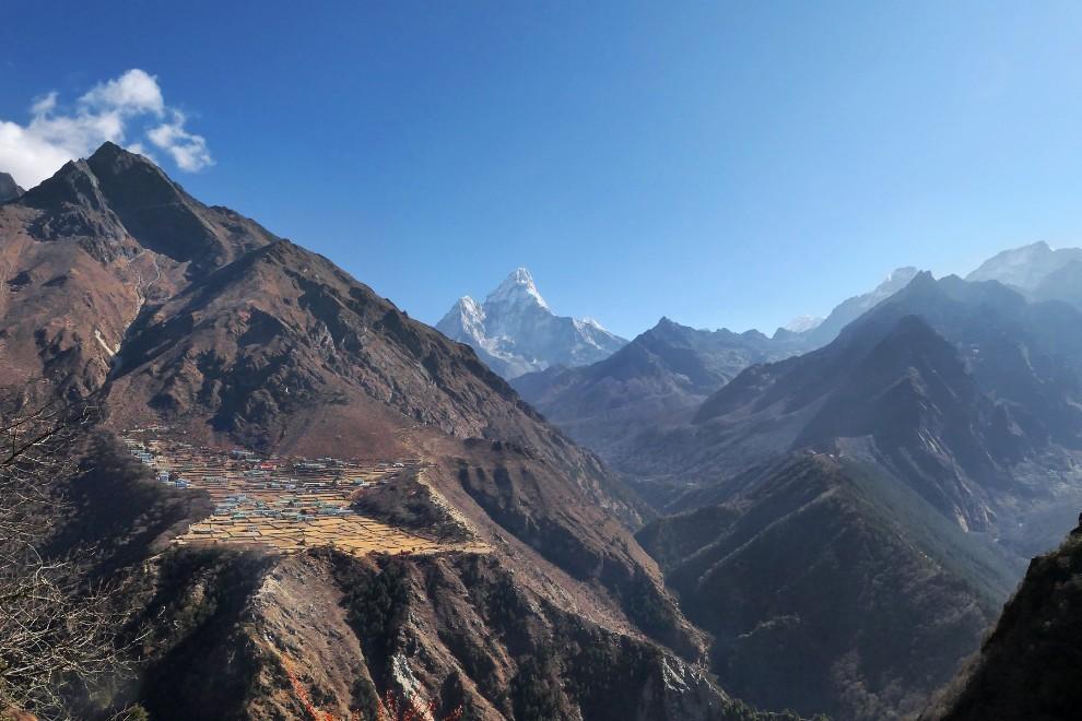Šerpe so etnična skupina v Khumbuju. V Everestov del Himalaje naj bi davno tega prišli iz Tibeta. Njihove zaselke najdemo tudi visoko v gorah.