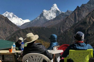 Treba je priznati, da je dandanes na trekingu v Nepalu poskrbljeno za kar veliko mero ugodja. Lodgi oz. njihove koče so prostorne, kuhajo raznoliko prehrano, na vsake toliko lahko počivaš v čajnicah, da ne omenjam celo čisto pravih malih pekarn, kjer dobiš pregrešno dobre jabolčne pite, svež kruh in dišeco kavo.