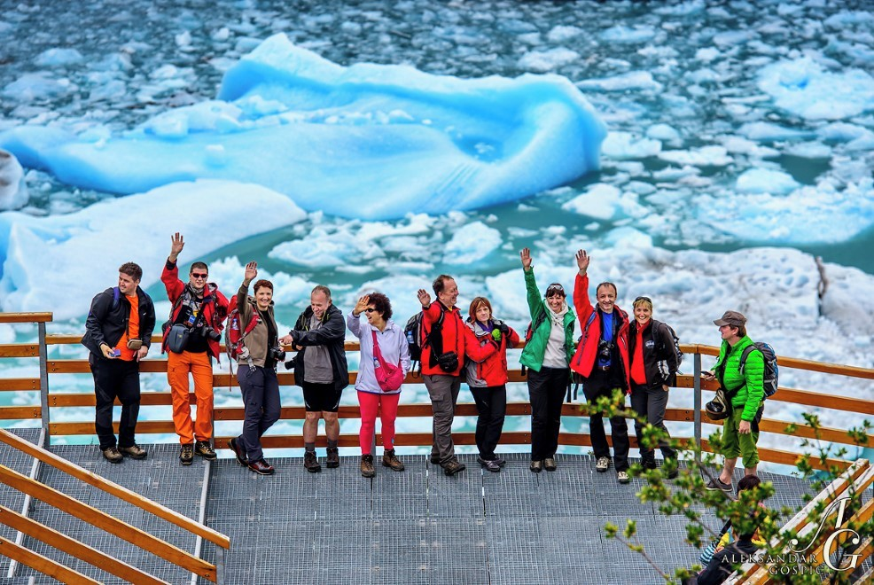 Vesela družba na razgledniku ob ledeniku