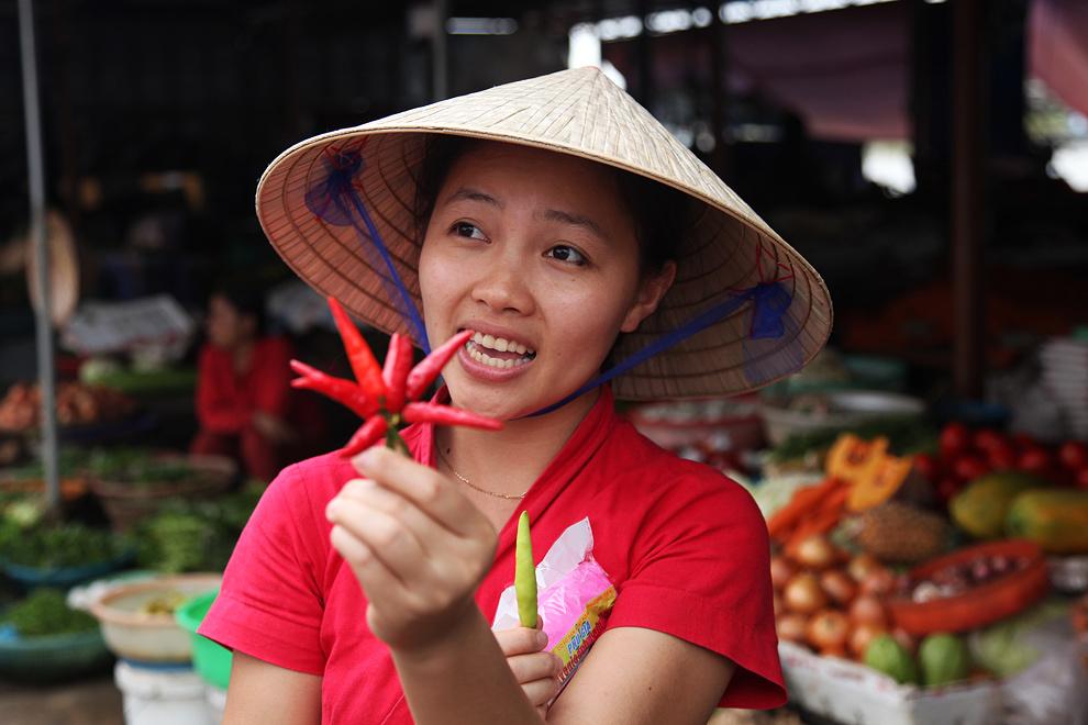 Predno se lotimo kuhanja vietnamskih specialitet, se sprehodimo po lokalni tržnici - lokalna vodnica razlaga o različnih čilijih