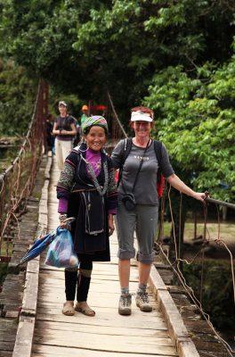 Prečkanje visečega mostu čez reko, ki namaka polja