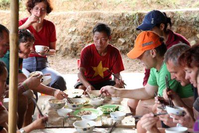 Slastno tradicionalno doma pripravljeno kosilo po trekingu čez riževa polja se vedno prileže. Starši od naše prijateljice Chai z veseljem skuhajo kaj za nas