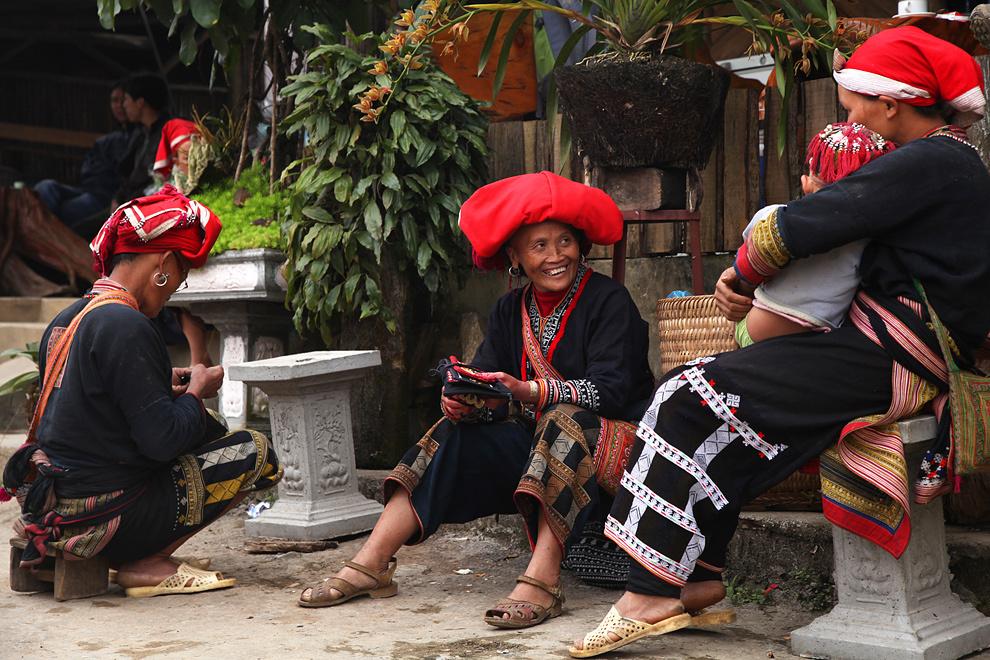 Značilna rdeča pokrivala žensk plemena Rdeči Dzao. Tako kot Črni Hmongi tudi to pleme živi v okolici gorskega mesta Sapa.