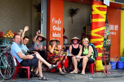 Počitek v eni od uličnih kavarn v Hanoiu