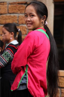 Temna oblačila in dolgi črni lasje so značilni za pripadnice plemena Črnih Hmongov