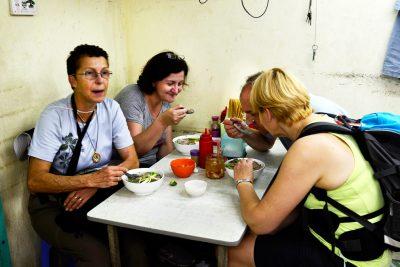 Najbolj znana vietnamska hrana je juha - Pho, ki jo domačini jejo za zajtrke, kosilo in večerjo, pa še vmes, če je kdo lačen