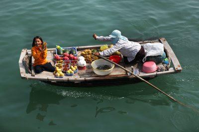 Sveže sadje ponujajo kar s čolni, medtem ko pluješ z barkačo po zalivu
