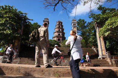 Tien Mu pagoda, ki leži ob reki Dišav po kateri je potoval že Marko Polo, je center budizma v Vietnamu in se ponaša z najvišjim tempeljskim stolpom