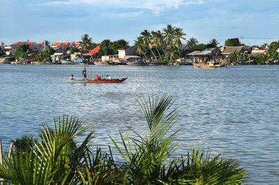 Rečni kanali, ki obdajajo Hoi An, so polni rib in sladkovodnih rakcev. Domačini se jih odpravljajo loviti v svojih malih čolnih