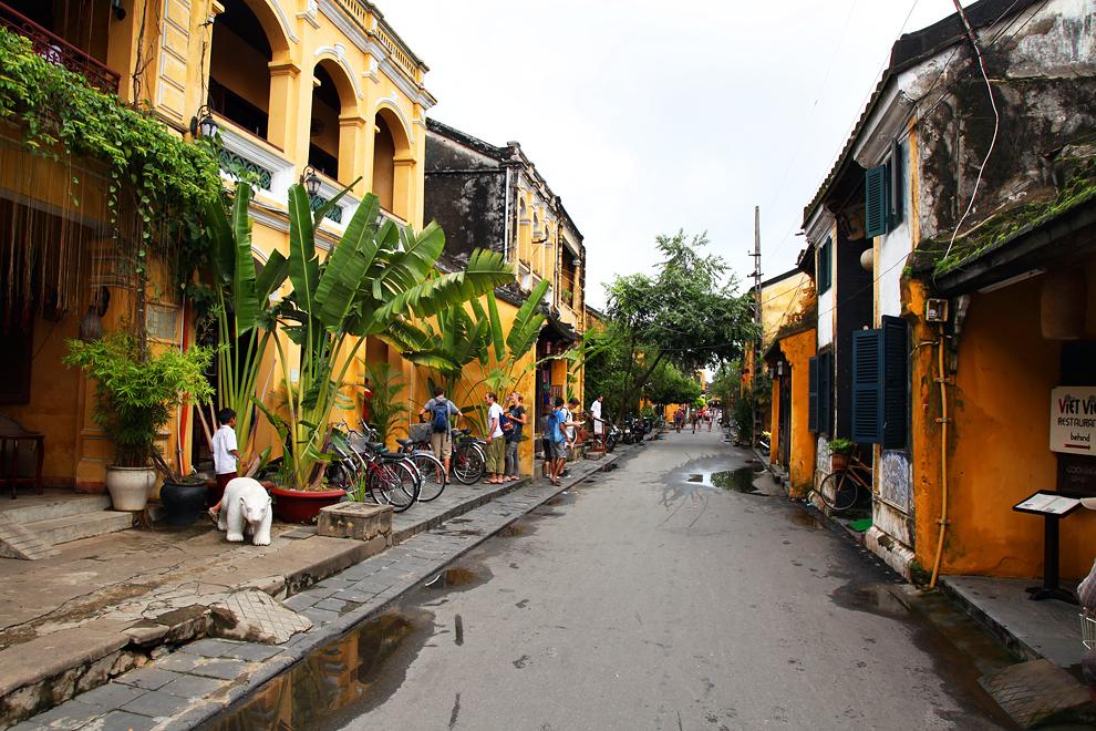 Hoi An je eno najlepših kolonialnih mest v JV Aziji. Znano je po svojih rumeno-rjavih hišah v katerih se skrivajo odlične restavracije in krojaške delavnice.