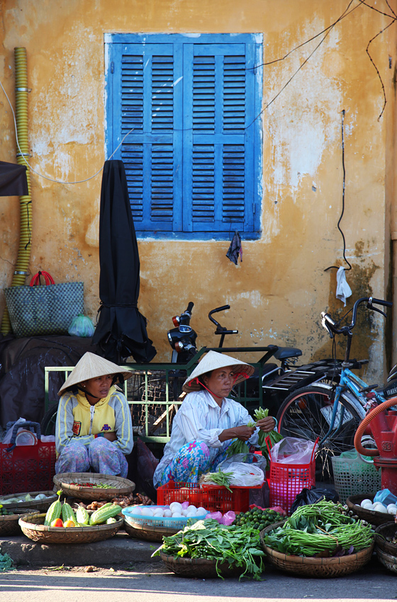 V Vietnamu se vse dogaja na pločnikih ob cesti - tako tudi prodaja sveže zelenjave.