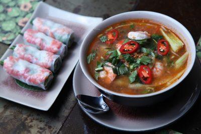 Vietnamska hrana je preprosta, lahka in zelo okusna; sveži spomladanski zvitki ter juha z riževimi rezanci in kozicami