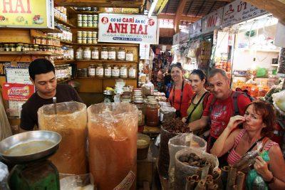 Poizkušanje začimb na eni izmed lokanih tržnic