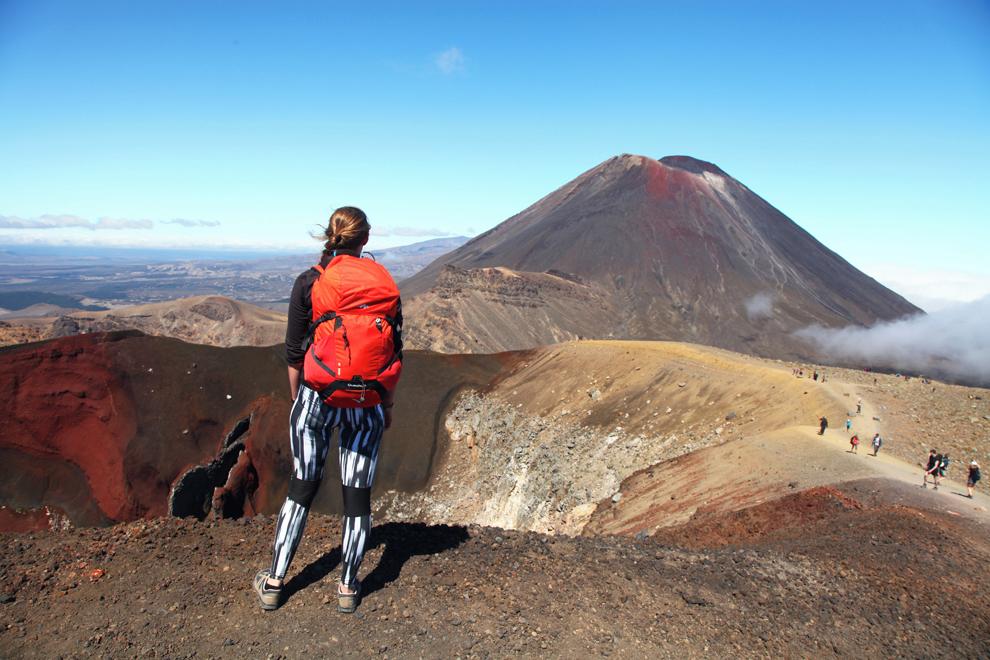 Nacionalni park Tongariro na Severnem otoku. Naključna pohodnica gleda 'Mt Doom'.