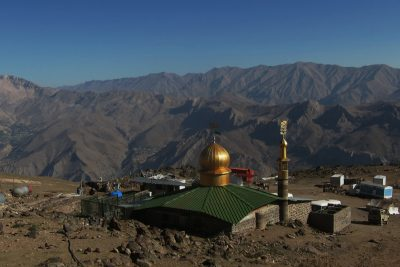 Slikovita mošeja ob vznožju.
